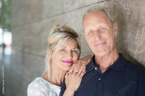 entspanntes älteres paar in der stadt - 66428952