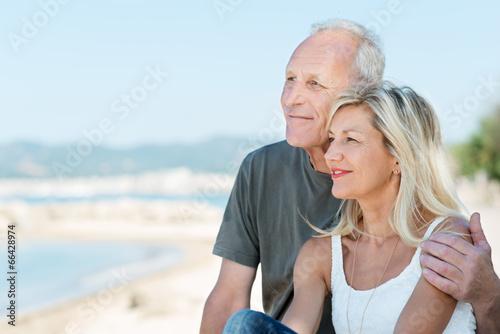 Leinwanddruck Bild glückliches älteres paar schaut auf das meer