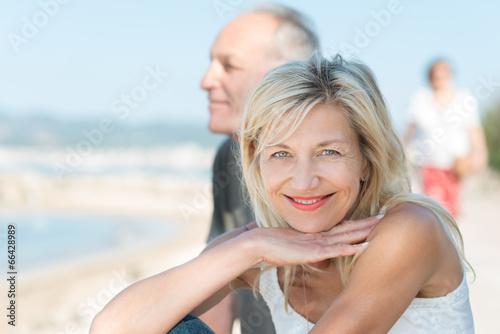 lächelnde frau mit ihrem partner im urlaub - 66428989