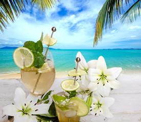 Karibik pur: Traumstrand, Cocktail und weiße Blüten :)