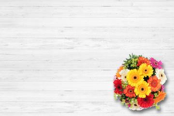 Blumenstrauß auf Holz