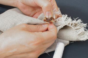 La sarta che cuce un bottone