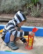 Kind beim spielen im Sand