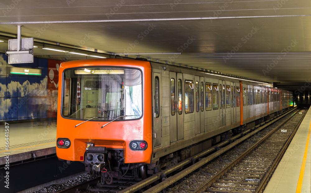 stacja metro pociąg - powiększenie