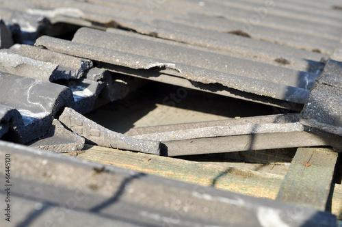 Sturmschaden, Dachziegel abgerissen, Löcher im Dach.  - 66445120