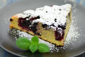 kawałek pysznego domowego ciasta z jagodami