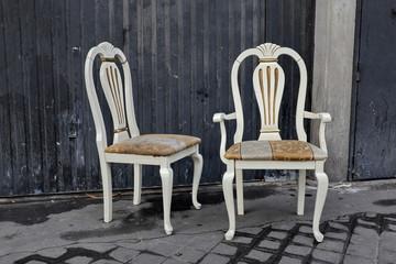 Fauteuil et chaise abandonnés dans la rue
