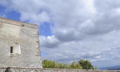 часть крепостной стены на фоне неба