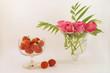 Leinwandbild Motiv Stillleben mit Erdbeeren und Rosen