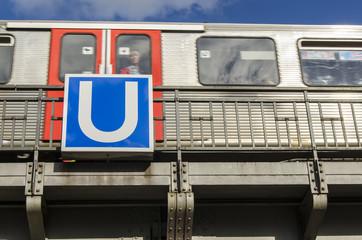 U-Bahn mit U-Bahn Schild in Hamburg