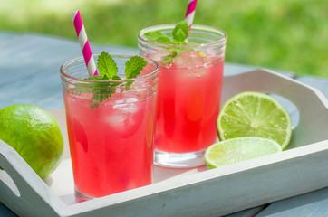 Zwei Gläser mit eisgekühlter Limonade