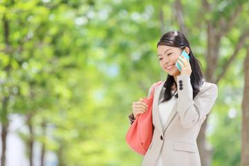 スマートフォン・若い女性・新緑