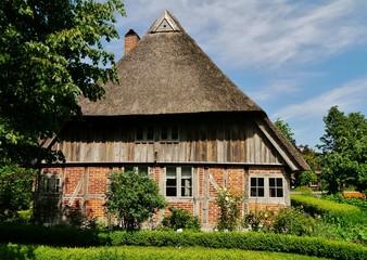 Fachwerkhaus mit strohgedecktem Dach