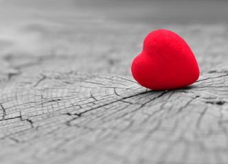 Сердце на деревянном фоне