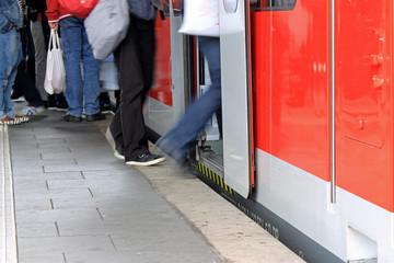 Regionalverkehr, einsteigen in die Bahn