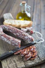 Chorizo y pan de ajo con aceite de oliva para la merienda