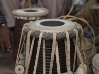 Lutier fabricando instrumentos musicales (India)