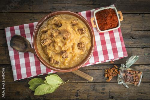 Patatas revolconas, machaconas o meneas con torreznos