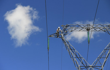 Entretien de câbles sur une ligne THT (très haute tension)