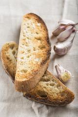 Tostadas de ajo y pan blanco con aceite de oliva para desayuno