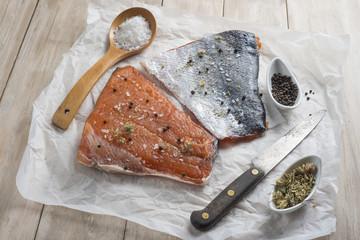 Salmón ahumado marinado en salazón para filetear en aceite