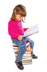 bambina che legge su pila di libri