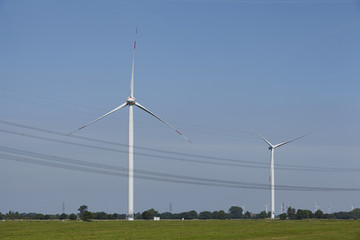 Windkraftanlagen mit Stromleitungen
