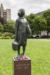 Statue der Anne Frank vor dem Wohnhaus in Amsterdam
