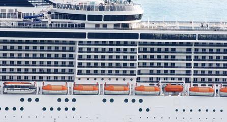 Fachada de un trasatlántico en el puerto de Barcelona