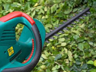 Heckenschere - Gartenarbeit - Hecke schneiden