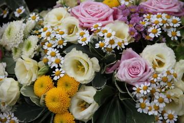 Bunte Blütenmischung in Trauerkranz
