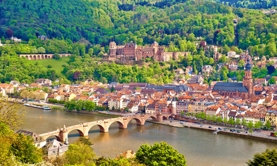 Die Heidelberger Altstadt mit Schloss, Alter Brücke und Bergbahn