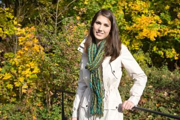 Herbst: junge Frau beim herbstlichen Spaziergang
