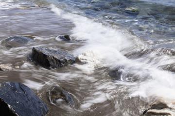 Olas y rocas en el mar mediterráneo.