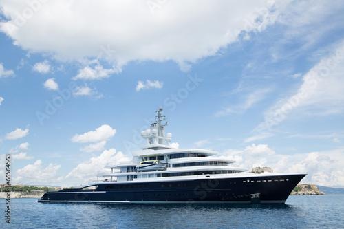 Megayacht am Meer bei blauem Himmel als Hintergrund - 66564563