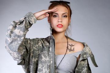 Молодая девушка в форме пехотинца