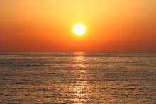 Złoty słońca z refleksji nad morzem