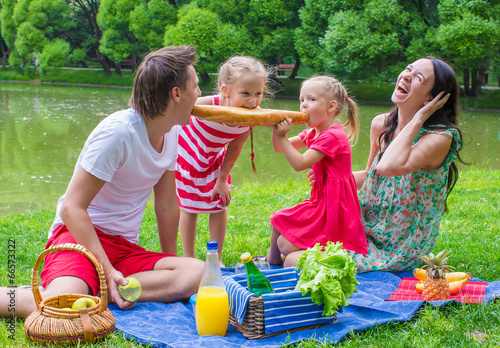 Foto op Aluminium Picknick Happy family picnicking in the park and have fun