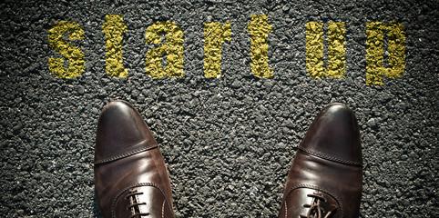 concept pied sur la route et message - startup