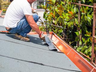 operaio sul tetto