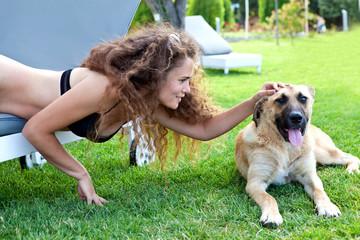 Красивая девушка гладит собаку