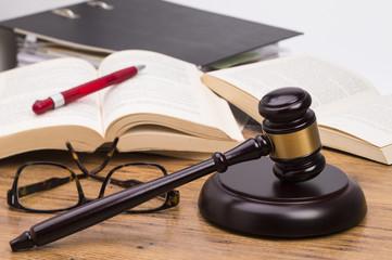 Richterhammer auf Schreibtisch