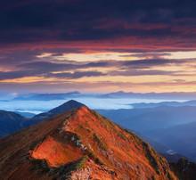 Ensoleillé Dawn dans les montagnes