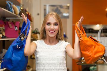Красивая девушка и яркие сумки