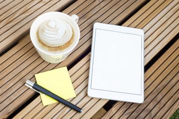 Tablet mit Kaffe draußen