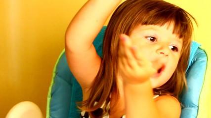 bambina che canta e balla