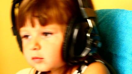 bambina che ascolta la musica