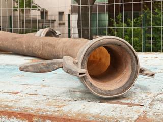 Anschlussflansch von einem dicken Schlauch für eine Pumpe