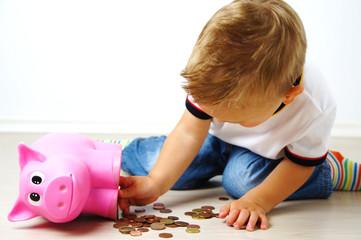 Junge leert sein Sparschwein