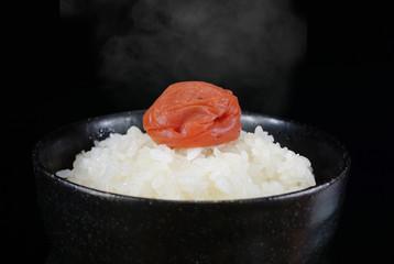 梅干と出来立てのご飯 イメージ(湯気あり)